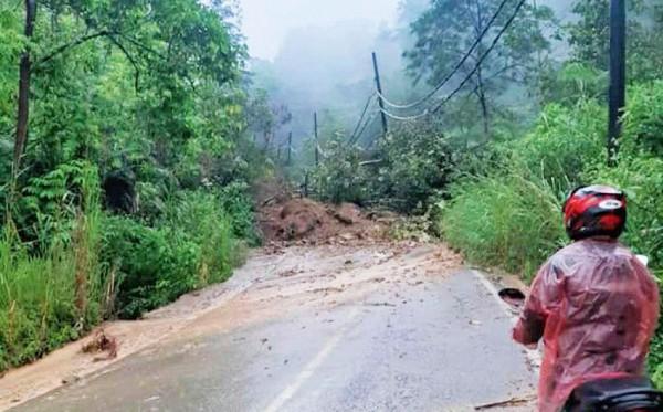 Jalan Kilometer 2 Pekon Kubuperahu, Lampung Barat Longsor Akibat Hujan Deras
